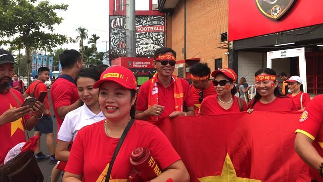 Cổ động viên Việt Nam tiếp lửa cho thầy trò Park Hang Seo ở Indonesia ảnh 3
