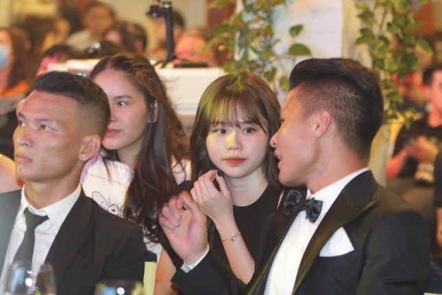 Bạn gái mới 'kèm sát' Quang Hải ở Gala Quả bóng vàng ảnh 6