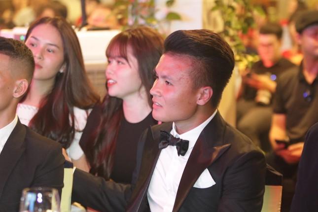 Bạn gái mới 'kèm sát' Quang Hải ở Gala Quả bóng vàng ảnh 5
