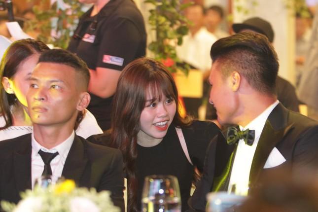 Bạn gái mới 'kèm sát' Quang Hải ở Gala Quả bóng vàng ảnh 3