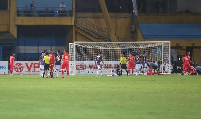 Quang Hải ngồi khán đài cùng bạn gái, nhìn Hà Nội thua trận thứ 2 ở Hàng Đẫy ảnh 12