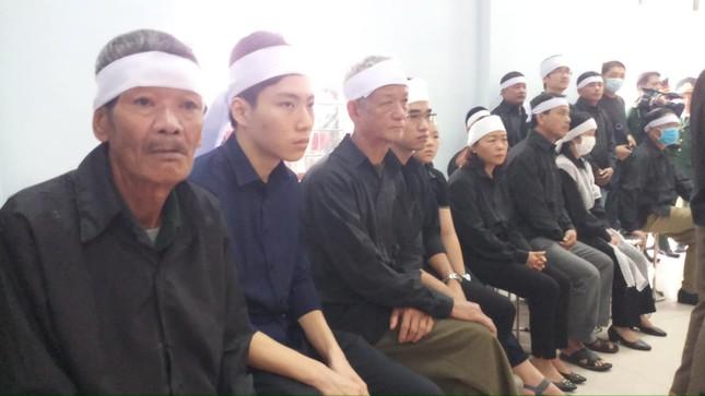 Hàng ngàn người tiễn biệt 13 liệt sĩ hy sinh tại Rào Trăng ảnh 6