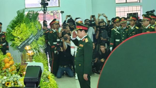Hàng ngàn người tiễn biệt 13 liệt sĩ hy sinh tại Rào Trăng ảnh 10