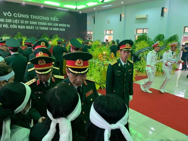 Hàng ngàn người tiễn biệt 13 liệt sĩ hy sinh tại Rào Trăng ảnh 11