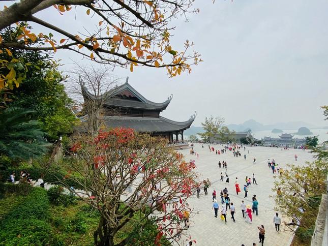 'Biển người' chen chân đi lễ chùa Tam Chúc ngày cuối tuần ảnh 13