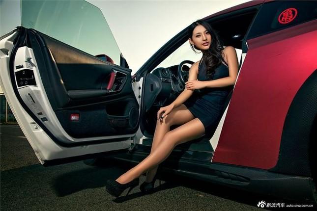 Người đẹp khoe chân dài miên man bên Nissan GT-R ảnh 1