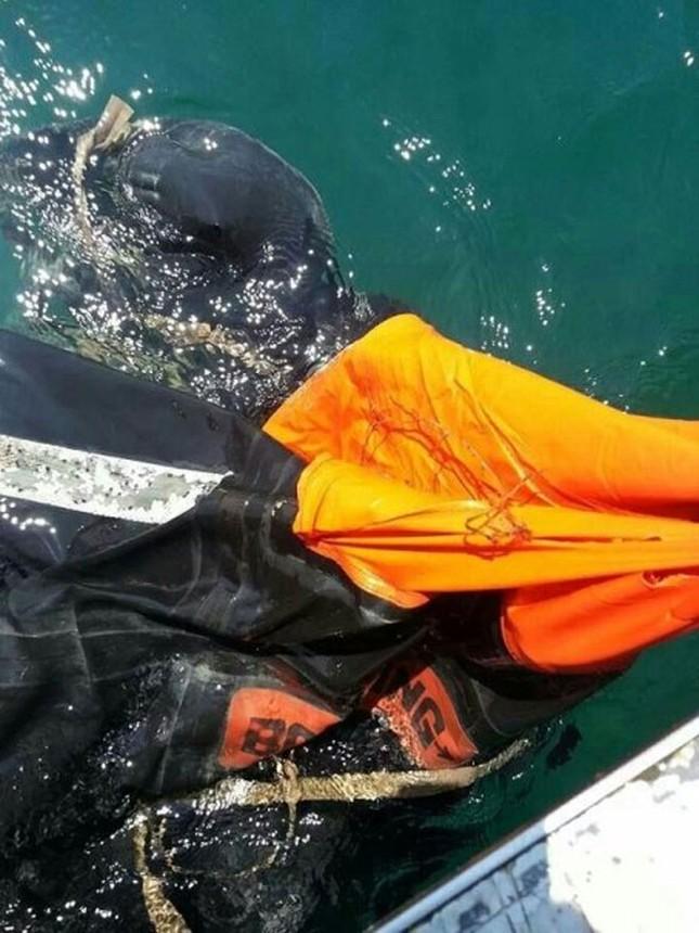 Ngư dân phát hiện xuồng cứu sinh nghi của máy bay ảnh 1