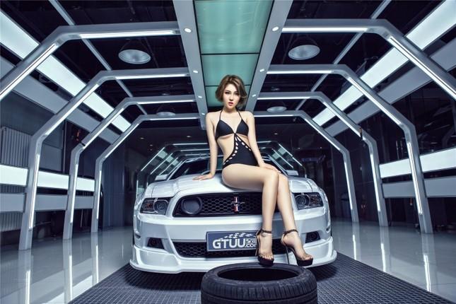Mỹ nữ khoe dáng ngọc bên Ford Mustang hầm hố ảnh 2