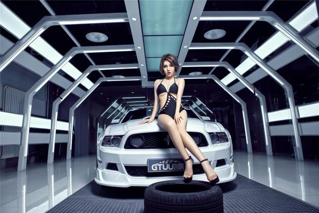 Mỹ nữ khoe dáng ngọc bên Ford Mustang hầm hố ảnh 3