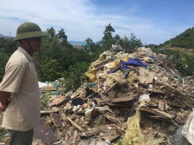 Người dân Hà Tĩnh phát hiện thêm bãi rác thải trái phép ảnh 2