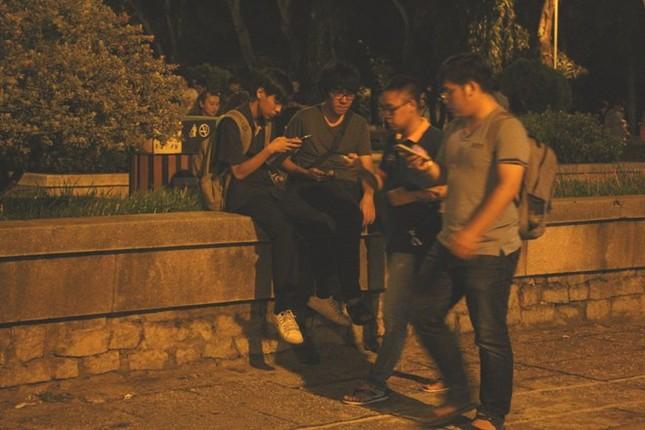 Giới trẻ Sài thành mải mê 'truy bắt' Pokémon trong đêm ảnh 1