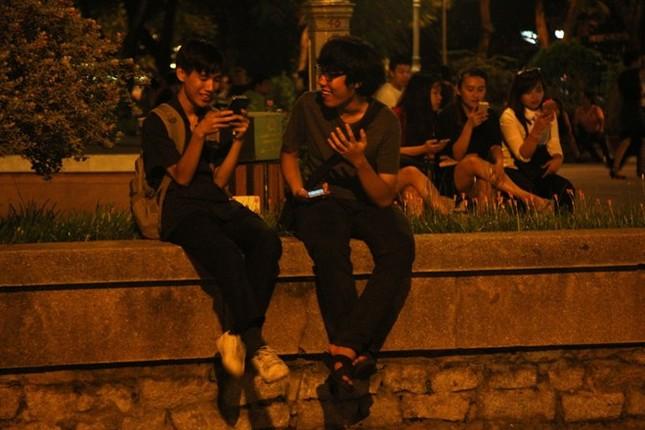 Giới trẻ Sài thành mải mê 'truy bắt' Pokémon trong đêm ảnh 2