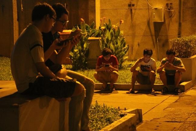 Giới trẻ Sài thành mải mê 'truy bắt' Pokémon trong đêm ảnh 6