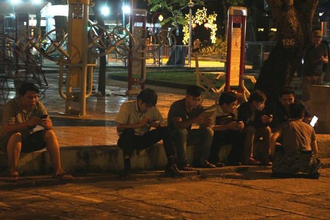 Giới trẻ Sài thành mải mê 'truy bắt' Pokémon trong đêm ảnh 5