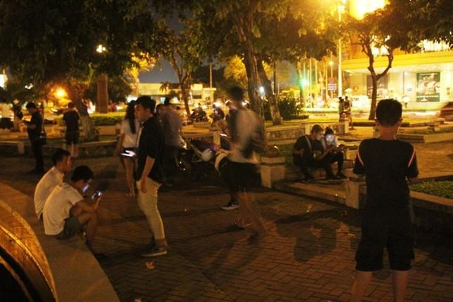 Giới trẻ Sài thành mải mê 'truy bắt' Pokémon trong đêm ảnh 7
