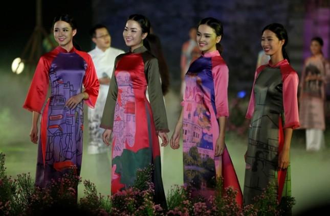 Huyền ảo áo dài Hà Nội dưới chân cổng thành Thăng Long ảnh 4