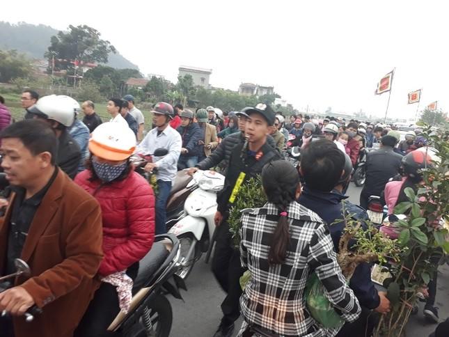 Ngàn người chen chân đi chợ Viềng sớm để cầu may ảnh 2