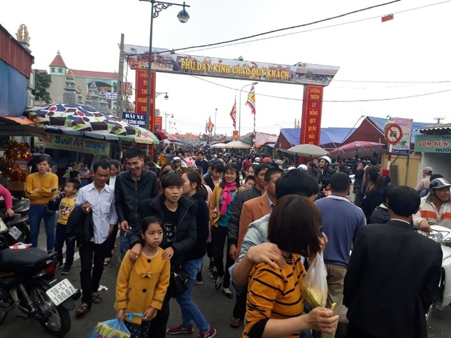 Ngàn người chen chân đi chợ Viềng sớm để cầu may ảnh 3