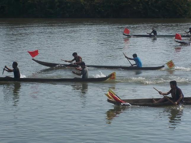 Kon Tum: Đua thuyền độc mộc trên sông Đăk Bla ảnh 1