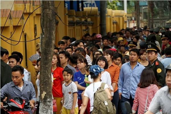 Người dân xếp hàng gần 3km vào viếng lăng Bác ảnh 1