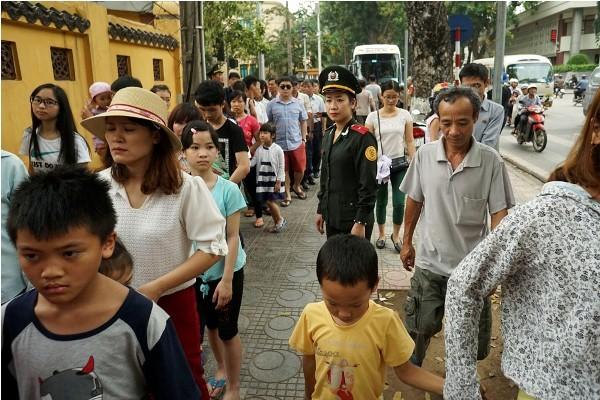 Người dân xếp hàng gần 3km vào viếng lăng Bác ảnh 3