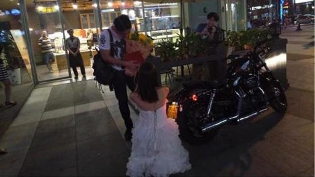 Cô gái mang xe phân khối lớn, giấy tờ nhà cầu hôn bạn trai ảnh 1