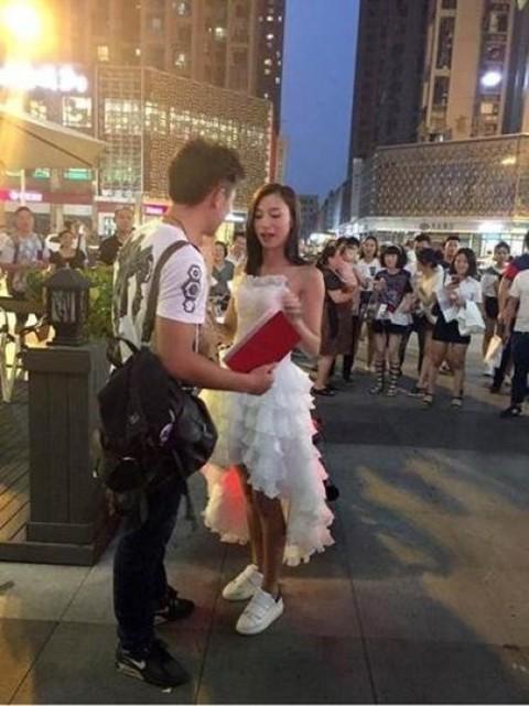 Cô gái mang xe phân khối lớn, giấy tờ nhà cầu hôn bạn trai ảnh 3