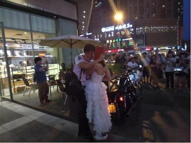 Cô gái mang xe phân khối lớn, giấy tờ nhà cầu hôn bạn trai ảnh 4