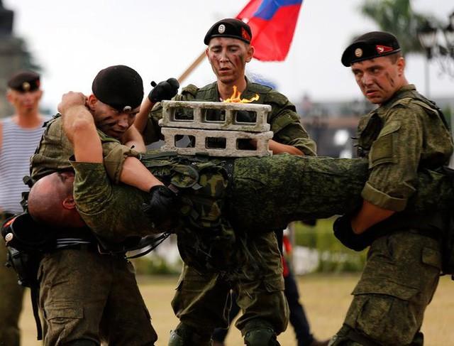 Binh sĩ Nga phô diễn sức mạnh chiến đấu tại Philippines ảnh 1