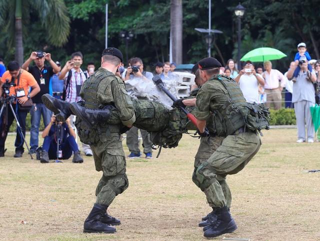 Binh sĩ Nga phô diễn sức mạnh chiến đấu tại Philippines ảnh 2