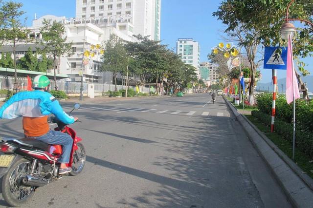 Mùng 1 Tết, nắng trải vàng những con phố vắng ảnh 5