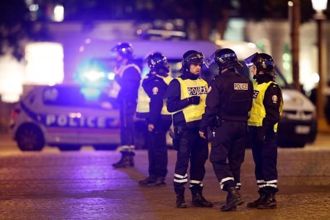 [Ảnh] Đại lộ Champs Elysees sau vụ IS xả súng vào cảnh sát ảnh 14