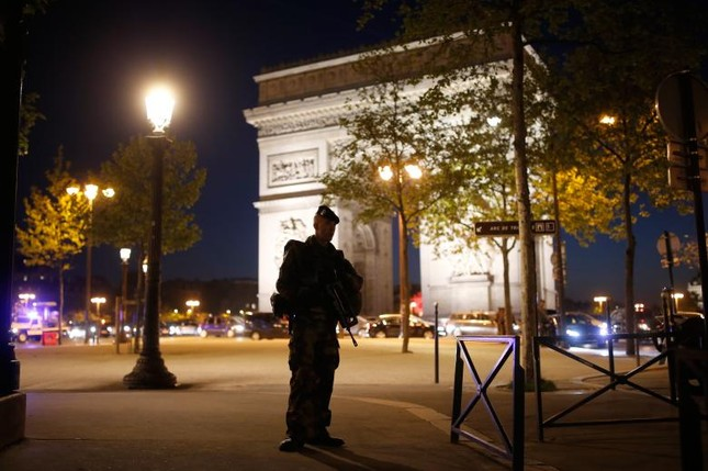 [Ảnh] Đại lộ Champs Elysees sau vụ IS xả súng vào cảnh sát ảnh 12