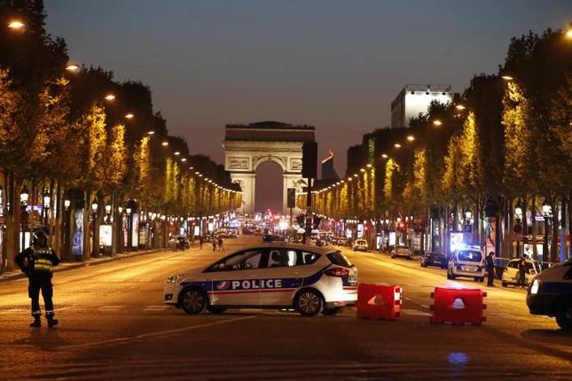 [Ảnh] Đại lộ Champs Elysees sau vụ IS xả súng vào cảnh sát ảnh 15