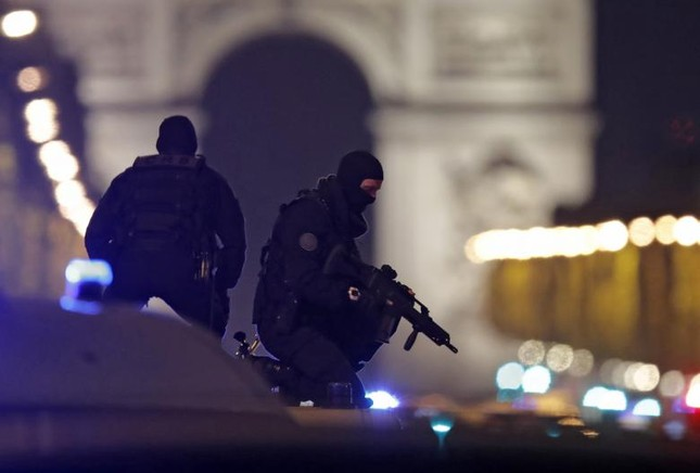 [Ảnh] Đại lộ Champs Elysees sau vụ IS xả súng vào cảnh sát ảnh 2