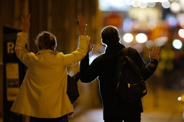 [Ảnh] Đại lộ Champs Elysees sau vụ IS xả súng vào cảnh sát ảnh 8
