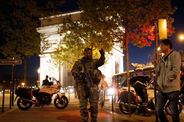 [Ảnh] Đại lộ Champs Elysees sau vụ IS xả súng vào cảnh sát ảnh 11