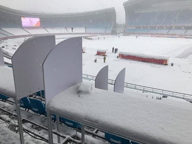 Tuyết phủ trắng xóa sân vận động trước chung kết U23 châu Á ảnh 2