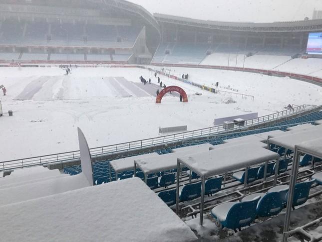 Tuyết phủ trắng xóa sân vận động trước chung kết U23 châu Á ảnh 5