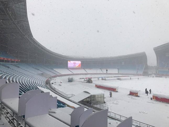 Tuyết phủ trắng xóa sân vận động trước chung kết U23 châu Á ảnh 4