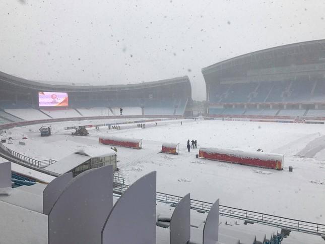 Tuyết phủ trắng xóa sân vận động trước chung kết U23 châu Á ảnh 7