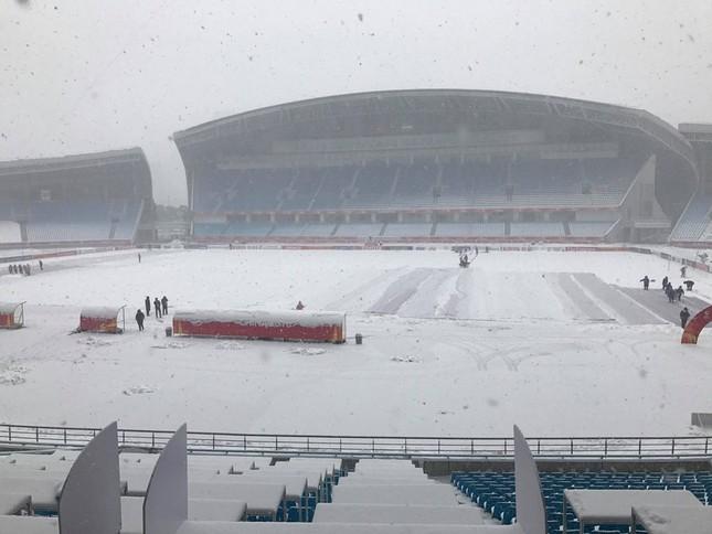 Tuyết phủ trắng xóa sân vận động trước chung kết U23 châu Á ảnh 1