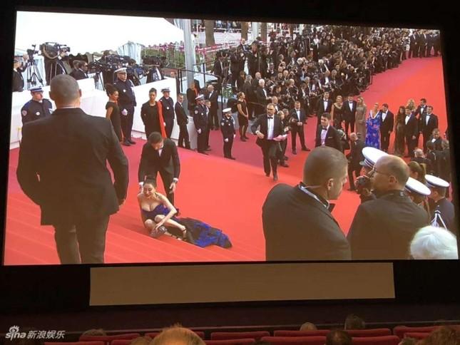 Hoa hậu Quý bà Trung Quốc khoe ngực khủng, 'vồ ếch' ở thảm đỏ Cannes ảnh 2