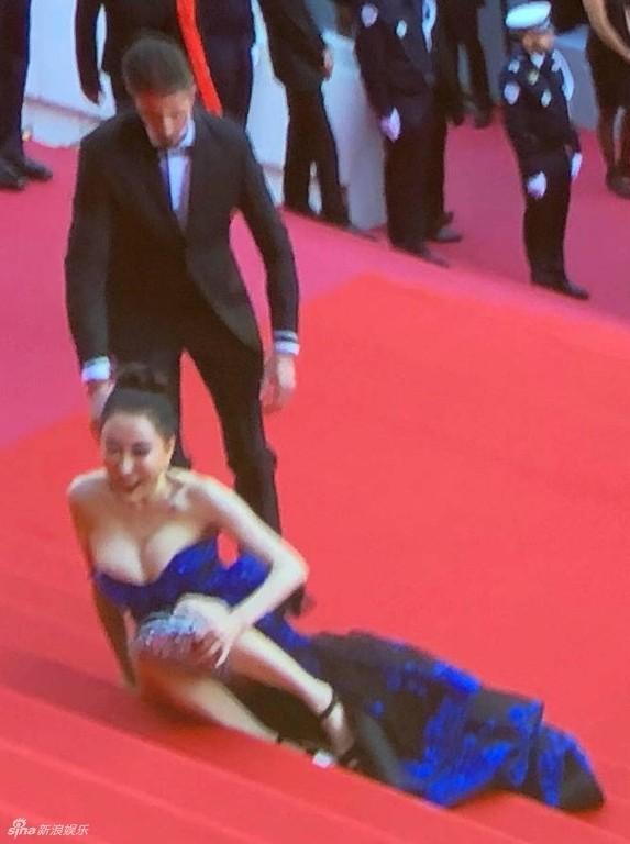 Hoa hậu Quý bà Trung Quốc khoe ngực khủng, 'vồ ếch' ở thảm đỏ Cannes ảnh 3