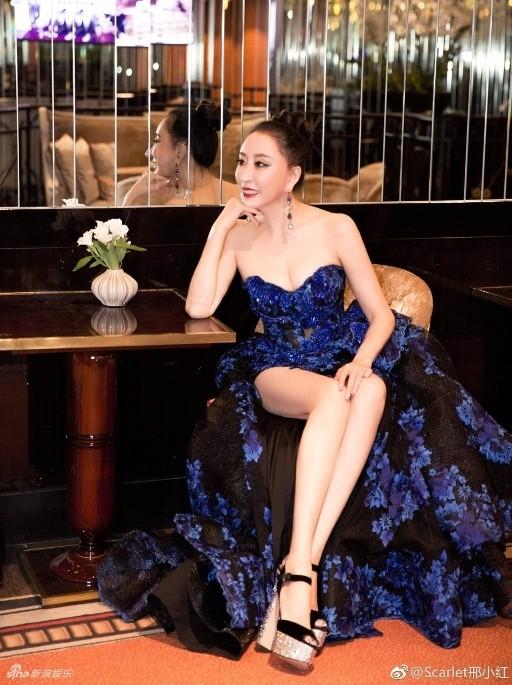 Hoa hậu Quý bà Trung Quốc khoe ngực khủng, 'vồ ếch' ở thảm đỏ Cannes ảnh 7