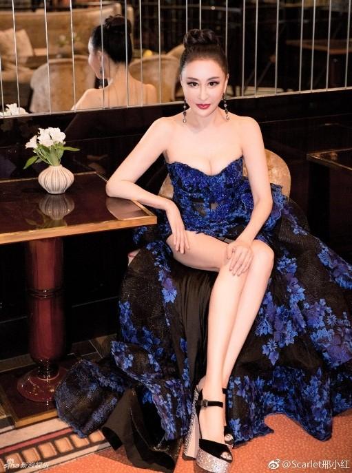 Hoa hậu Quý bà Trung Quốc khoe ngực khủng, 'vồ ếch' ở thảm đỏ Cannes ảnh 8