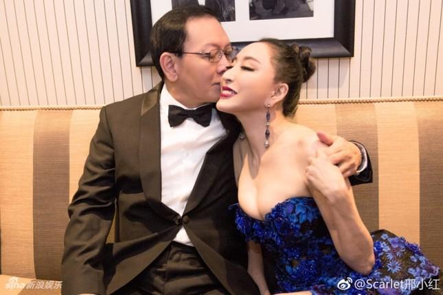 Hoa hậu Quý bà Trung Quốc khoe ngực khủng, 'vồ ếch' ở thảm đỏ Cannes ảnh 10