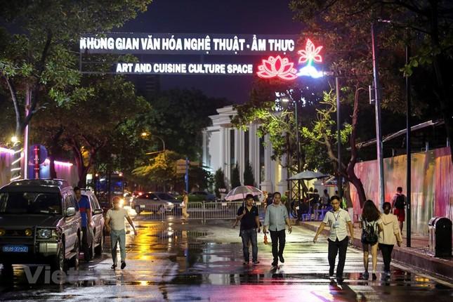 Đội mưa dự khai mạc phố đi bộ Trịnh Công Sơn ảnh 1