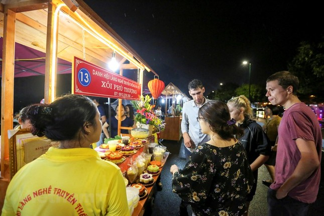 Đội mưa dự khai mạc phố đi bộ Trịnh Công Sơn ảnh 7
