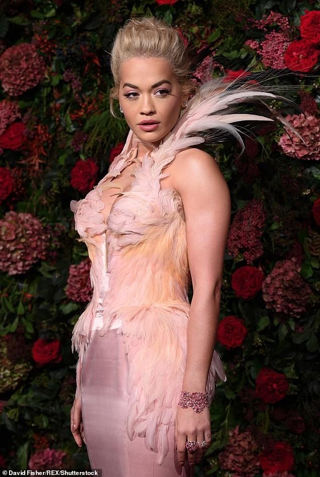 Diện đầm bó sát đẹp tựa nữ thần, Rita Ora gặp rắc rối khi di chuyển ảnh 2